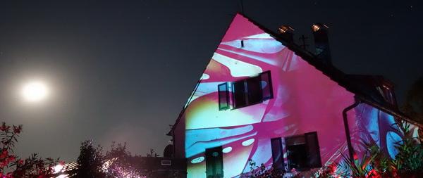 Projektion abstraktes bild auf Haus mit Vollmond