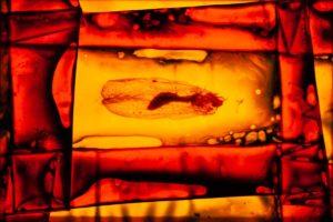 abstaktes Bild bunt, Diapositiv für Projektion, handcrafted, colorierte gefaltete Folie rot gelb mit fliegen skelett
