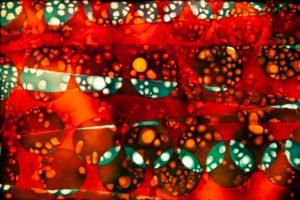 abstaktes Bild bunt, Diapositiv für Projektion, handcrafted, colorierte gefaltete Folie rot