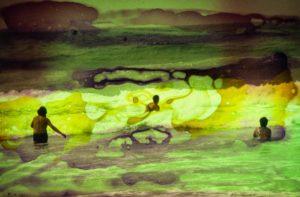 abstaktes Bild bunt, Diapositiv für Projektion, handcrafted, Menschem im Meer surreal verfärbte szene